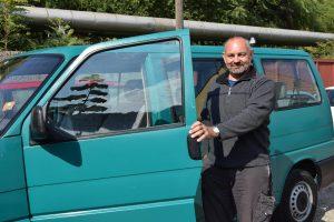 Firmeninhaber Arno Darnhofer und ein VW Van als 7-Sitzer